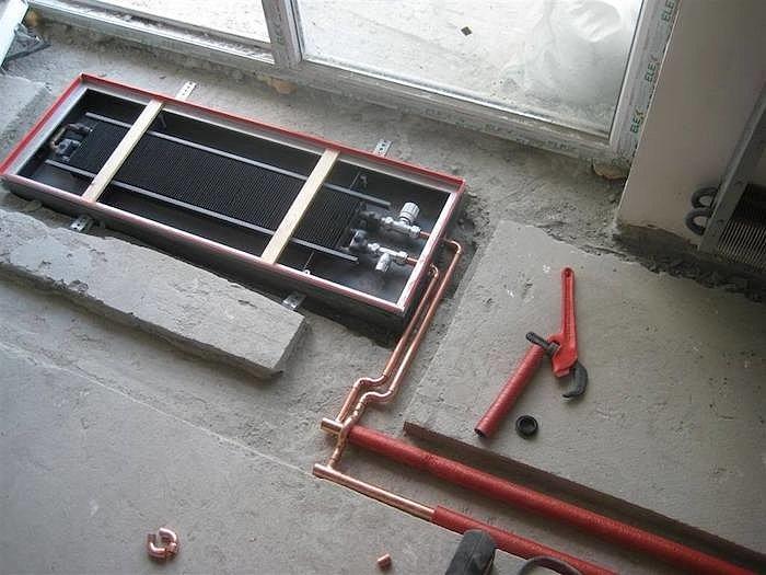 Коммуникации к водяному конвектору закладываются на этапе строительства.